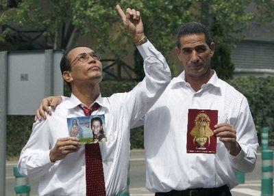 Los-presos-politicos-cubanos-juan-carlos-herrera-acosta-izquierda-y-fabio-prieto-llorente-en-el-aeropuerto-de-madrid-barajas