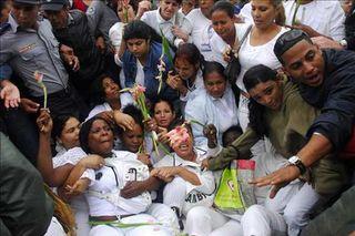 Damas-de-Blanco-que-participan-en-una-protesta-se-resisten-a-ser-retiradas-del-lugar-por-agentes-cubanos.expand