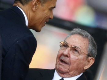 Obama-shakes-hands-with-cubas-raul-castro