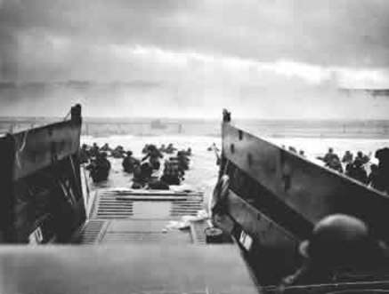 Landing_craft_at_normandy